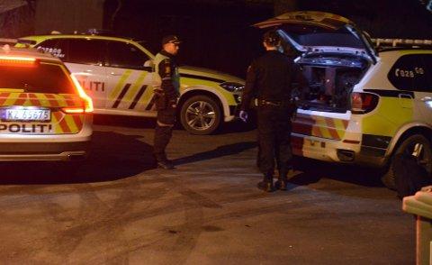 FLERE PATRULJER: Politiet rykket ut med flere patruljer etter at de fikk melding om knivstikkingen natt til 28. november. Foto: Remi Presttun