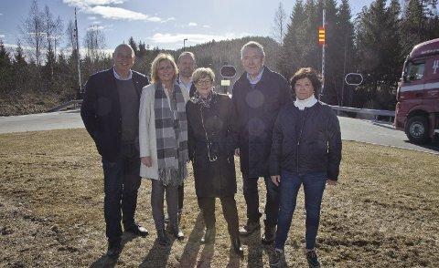 NYTT LØP: Trond Johansen (KrF), Monica Vee Bratlie (H), Bjarte Grostøl (H), Kristin Ørmen Johnsen (H), Nils Aage Jegstad (H) og bro-tilhenger Heidi Støa, var med under onsdagens pressekonferanse utenfor Oslofjordtunnelen.