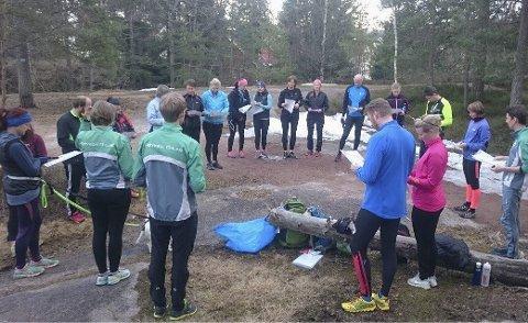 Samling: Knut Sveinung Rekaa (t.v.) har samlet gruppen før de skal legge til skogs.