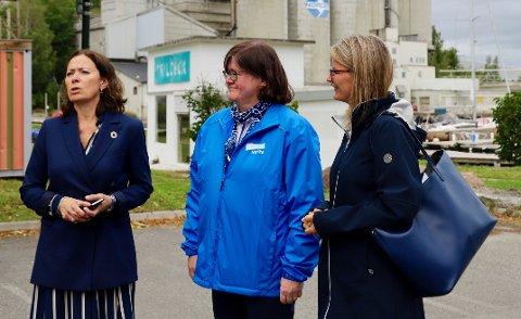 SPØR: Kari Sofie Bjørnsen (t.v.) ber Lene Conradi (t.h.) sende brev til Viken og Oslo om E18. I midten tidligere fylkesordfører i Akershus, Anette Solli.
