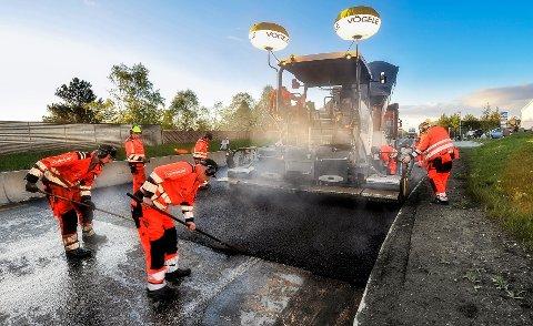 25 MILL TIL ASFALT: I Viken skal det brukes 25 millioner kroner til veimerking og asfaltering. Dette er en del av potten på 600 millioner kroner  regjeringen har satt av til strakstiltak for å holde hjulene igang i bygg- og anleggsbransjen.