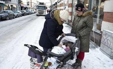 Kler godt på: Anna Goodnow (t.v.) med datteren Kassandra Martinsen, og Annas tante, Cynthia Clough, var på tur i kaldt vær onsdag. Goodnow er opprinnelig fra USA, og hun er ikke oppvokst med å ta seg en lur utendørs på dagtid.