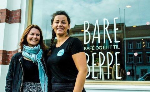 SPENTE: Kirsti Kvien (t.v.) og Ruth Ruhe Kronstad ser frem til moteshowet torsdag kveld. Showet er et resultat av samarbeid mellom fem forskjellige butikker i Sandefjord sentrum.