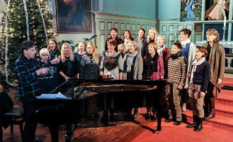 ØVING: Sandefjord Vokalensemble åpner luke 15 i julekalenderen. Her fra en tidligere øving i Sandefjord kirke. (Arkivfoto: Atle Møller)