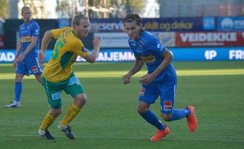 PERMANENT AVTALE: Martin Torp (i gult) var utlånt til Ull/Kisa i høst. Her er han i aksjon mot William Kurtovic. Nå har Torp signert en toårsavtale med klubben fra Ullensaker.