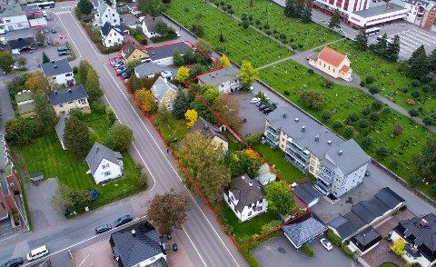 FRA SØR: Den røde streken viser hvilke fem eiendommer (Dronningensgate 17, 19, 21, 23 og 25) som nå skal skifte eier. USBL eier deler av området mellom Bernia-eiendommen og Langes gate.