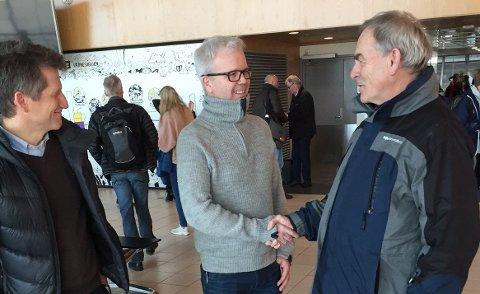 NY AVTALE: F. v prosjektansvarlig i Forsvarsbygg for gjennomføringen av støytiltak, Sturla Johnsen, daglig leder Tore Strand i Byggmester Strand AS og Olaf Dobloug, direktør Forsvarsbygg kampflybase.