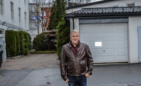 TRANGT: Hotelleier Henrik Kulms foran garasjen til bakeriet som skal rives. Veggen på nybygget blir fire meter fra garasjehjørnet.