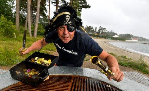 PIRATER: Roger Sørsdal, bestyrer på Vøra, er sikker på det er gull på campingen, derfor trenger han hjelp av Roger Pirat og byens barn til å finne skatten.