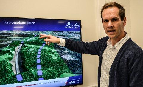 DOBBELTSPOR: Det er mange grunner til at rådmannen ønsker Torp Vest-korridoren via Storås. – Én av dem er at den er mest skånsom mot friluiftsområdene i Hjertås, sier arealplanlegger David Bakke Haugen i Sandefjord kommune. På skjermen ses Storås-sløyfa t.h.