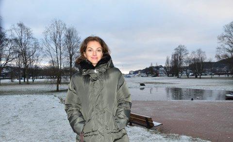 AKTUELL MED NY SERIE: Siv Rajendram Eliassen har bodd i Sandefjord i 20 år. Nå kommer tv-serien «Heksejakt» på TV2, som hun og kollega Anna Bache-Wiig har skrevet. – Det handler om varsling og korrupsjon. Vi har det øverste kreative ansvaret og følger hele  prosessen til mål, sier hun.  FOTO: Vibeke Bjerkaas