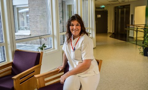 FAST JOBB: Fra 11. mars er Elin Houmb fast ansatt på Kamfjordhjemmet. Takket være Fagforbundet og en tillitsvalgt på avdelingen har hun gått fra 15,14 prosent stilling til 76,29 prosent.