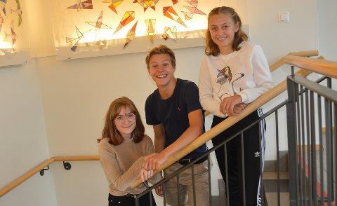 ELEVER: Johanne Vogt Ditmansen (t.v.), Sondre Stensland-Larsen og Tilla Marie Haldorsen er fornøyde med læringsmiljøet på Varden ungdomsskole.