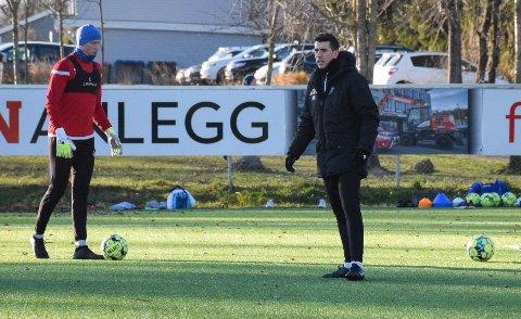 KLAR FOR NYE ÅR: Javi Ortiz (t.h) har vært keepertrener for Jesper Granlund og de andre SF-keeperne i to sesonger. Nå er han klar for to nye år i klubben.