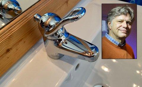 UTEN VANN MANDAG: Per Kristian Aagaard kom hjem fra jobb, intetanende, til tomme kraner, tørre dusjer og toaletter uten vanntilførsel. Han hadde dunker med vann i huset, som de har spart på i tilfelle det trengs, men synes likevel det er på sin plass med et varsel når vannet blir borte en hel dag, så de har mulighet til å planlegge.