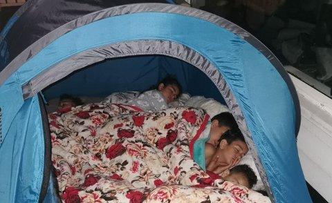 TELTTUR: Å sove i telt på terrassen er trygt, men samtidig spennende.