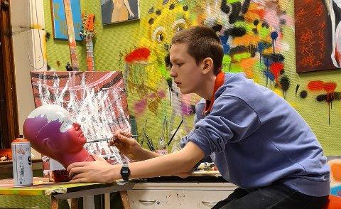 Utstilling: Selv om Ludvig Marinius Thøversen bare er tretten år gammel, har han brukt hele våren på å forberede utstilling i Galleri Labben.