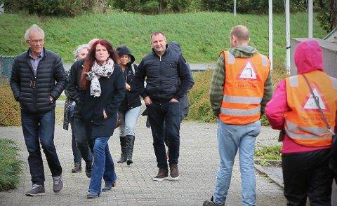 Styreleder John Hov, nyvalgt gruppeleder Ellen Karin Moen og de andre fra bystyregruppen i FNB på vei inn til møtet.