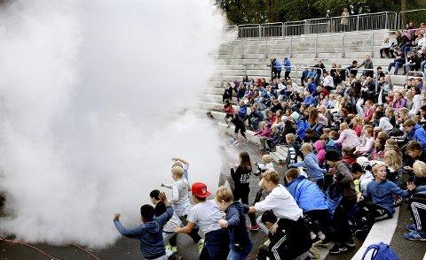 Avsluttet med et smell: Andreas Wahl røykla scenen til stor jubel fra elevene.