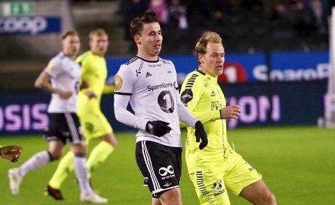 SOLGT: Tidligere Sarpsborg 08-spiller Anders Trondsen fortsetter karrieren i tyrkisk toppklubb. Her er han i en duell med tidligere S08-spiller Matti Lund Nielsen.
