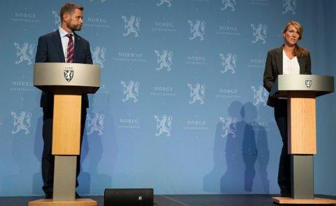 Helse- og omsorgsminister Bent Høie (H) og avdelingsdirektør Line Vold i Folkehelseinstituttet på en pressekonferanse om koronasituasjonen.