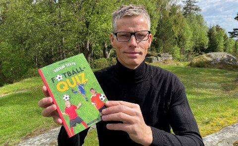 "Aslak Bodahl med spørsmålsboka ""Barnas beste Fotballquiz""."