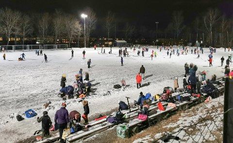 SKØYTEBANE: Etter at kommuneoverlege Jan Børre Johansen så dette bildet sa han det var aktuelt å stenge alle de lokale skøytebanene.