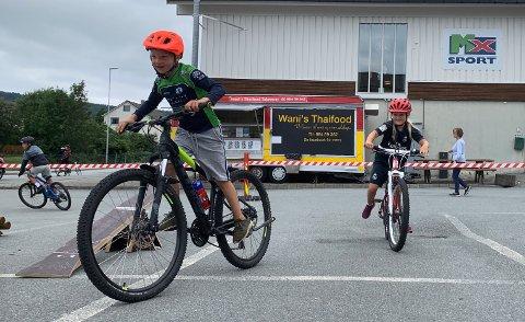 IVRIGE: Ingrid Toppe og Torje Rostøl er ute og syklar så ofte dei kan. Her prøver dei ut rampane til Ryfylke Sykkelklubb i Jørpeland sentrum.