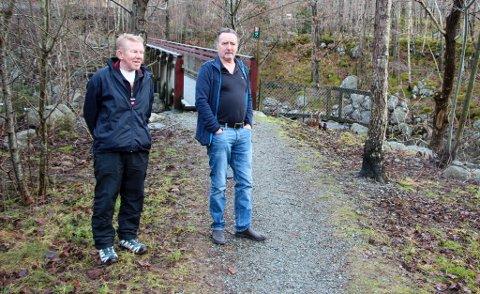 TURLAG: Sigbjørn Høllesli og Thor Wiik drar ofte på tur. Her ved en tursti i Jørpelandsvågen.