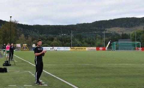 Seier i første treningskamp: Mattias Nylund var fornøyd med å la mange lokale gutter få spille sin første seniorkamp mot Flatanger.