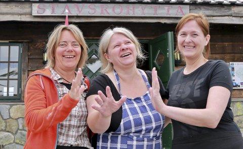 VERTER: Grethe Tangen, Anne Ulven og Ann Heidi Alfredsen er tre 10 damer som i sommer jobber dugnad på Stavsro-hytta.FOTO: ASBJØRN TORGERSEN