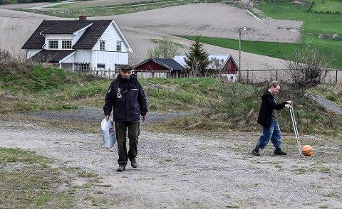Einar Bakka på vei mot sin første fotballkamp for året. Sitteunderlaget har han med seg i en pose. Lars Halvor Simones opererer som ballhenter til høyre. Foto: Trond Kaasa
