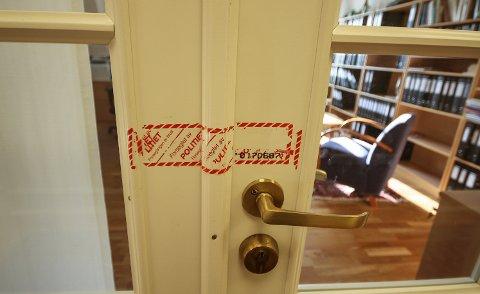 RYKKET INN: 10 folk fra Økokrim rykket onsdag inn og tok beslag i dokumenter og utstyr for å sikre bevis mot Halstein Sjølie. Døren inn til Sjølies kontor ble forseglet.