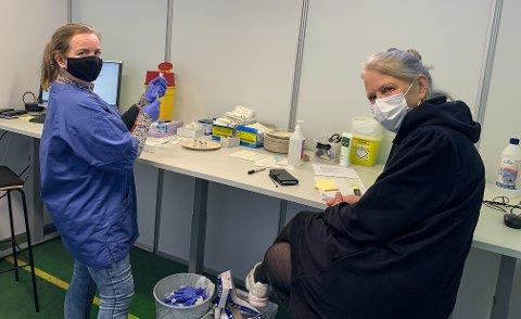 FÆRRE VAKSINER: Linda Follhaug og Hild Mæsel får færre vaksiner å trekke opp på Stevneplassen i Skien.