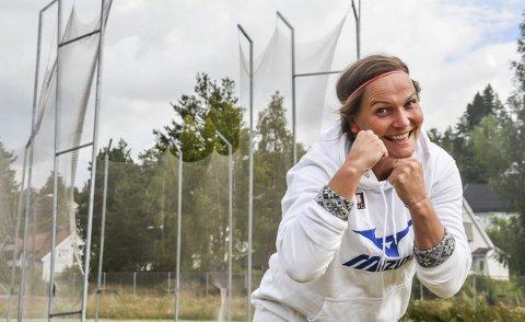 16 gull: Grete Etholm skal gjøre det som står i hennes makt for å sikre seg det 16. NM-gullet på rad. Hun drar til Askøy med en skadet kropp, men gir seg ikke før kroppen sier stopp. 12 treningskast i forkant har gjort 40-åringen til optimist.