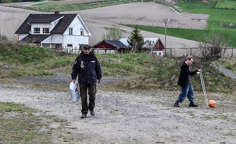 Einar Bakka på vei mot sin første fotballkamp for året. Sitteunderlaget har han med seg i en pose. Lars Halvor Simones opererer som ballhenter til høyre.