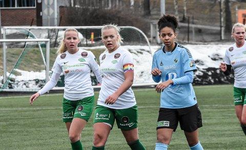 TAP: Julie Kjosvold Pedersen og Jenny Hestad måtte tusle av banen i Tromsø med tap.