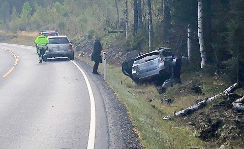 Tre personer var i bilen som onsdag kjørte av veien og inn i et tre ved E134 på Meheia.