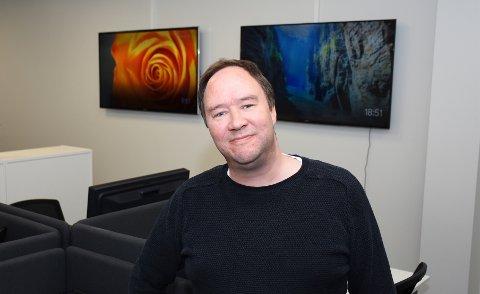 TK-journalist Pål Sundøy har siden 1989 vært TV-anker, radiovert, pressemann, rockemusiker og bingobongstempler. Ellers liker han minimalisme, 70-tallsrock, og gummimonstre som tramper ned pappkartongbyer.
