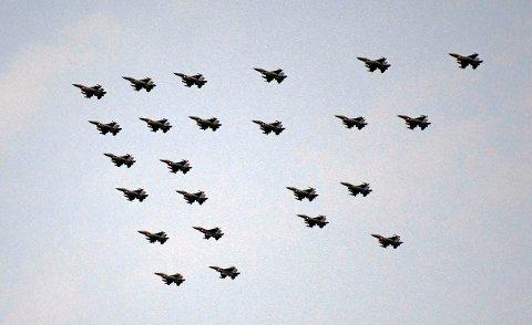 Denne uken er det, tradisjonen tro, planlagt formasjonsflyging med F-16 og F-35 over flere deler av landet. Her er 24 stk F-16 i stjerneformasjon over Tromsø i dag kl 12.