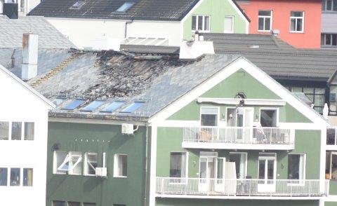 Mye er utbrent og det er hull i deler av taket på Storgata 21 etter brannen onsdag kveld.  - Vi må nok belage oss på å bo et annet sted i rundt seks måneder før vi kan flytte inn igjen, sier Asbjørn Røvik, som eier en av leilighetene i toppetasjen.