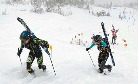 Erik Kårvatn (foran) med Hans-Inge Klette bak. Til slutt endte det med seier til Klette, som er en av verdens beste på sprint, mens junioren Kårvatn fra Todalen kom inn til en imponerende tredjeplass.