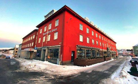 Kristiansunderen hadde drukket rundt 15 enheter alkohol (både vodka og vin) på julebordet, før han utpå natta bestemte seg for å leie et rom på Quality Hotell Grand. Der fikk han besøk på rommet. Hva som deretter skjedde, fikk retten to svært forskjellige forklaringer på.