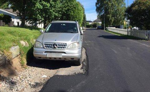TILPASNINGSDYKTIG: Hva gjør de som asfalterer når en bil ikke er flytta? Asfalterer rundt, selvsagt. I hvert fall gjorde de det i en boliggate i Tønsberg.