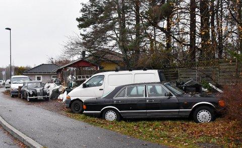 UØNSKET: Disse bildene er tatt utenfor Vidar Andersens eiendom i Sagveien. Dette vil kommunen ha bort.