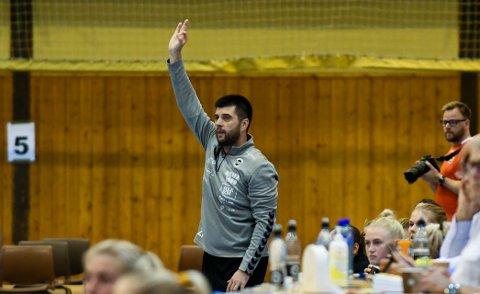 SJEFEN: Flint-trener Zarko Pejovic har full oversikt over spillerne og hvordan de til enhver tid føler seg. Alt registreres i en app.