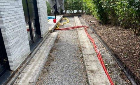 FJERNET: Terrasser som ble oppført uten tillatelse ved fritidsboligen i Flekkenveien 80 er fjernet. Det skal legges plen på området.