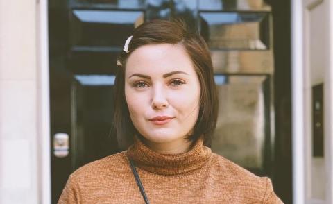 Anna Konstanse Almli, fylkestingspolitiker for Høyre i Trøndelag og sykepleier bosatt i Namsos, mener den kjente influenceren Iselin Guttormsen ikke bør kalle seg sexolog uten helsefaglig utdanning.
