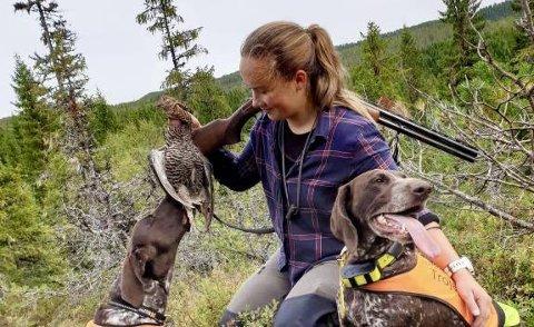 MAGISK ØYBLIKK: For småviltjegere er det lite som slår et vellykket fuglearbeid med felling. Her har Live Kaasin felt ei orrhøne for en av sine hunder.