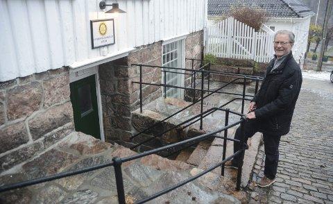FIne naturstein: Arne Bjørnstad viser hvordan det nå ser ut ved Rotary-kjelleren i Forvaltergården. Foto: Øystein K. Darbo